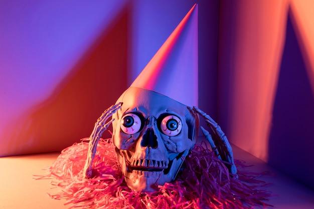 Esqueleto de halloween assustador close-up com confete