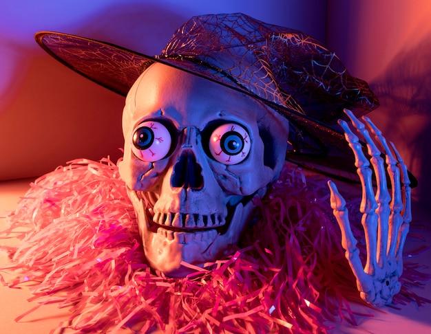 Esqueleto de halloween assustador de close-up com confete