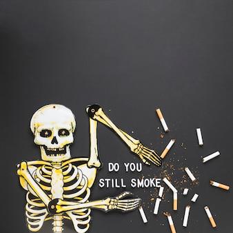 Esqueleto de vista superior com cigarros