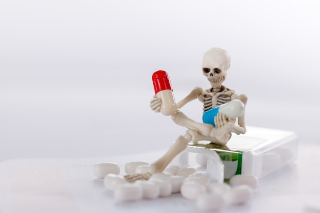 Esqueleto e drogas, saúde médica e contra o conceito de drogas.