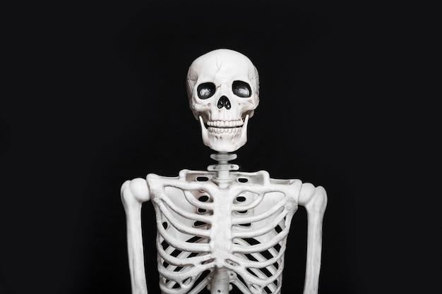 Esqueleto em pé na escuridão