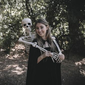 Esqueleto, ficar, atrás de, rir, feliz, senhora