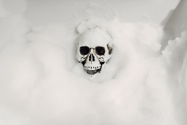 Esqueleto humano assustador deitado na banheira, humor