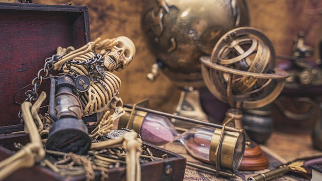 Esqueleto humano com tesouro