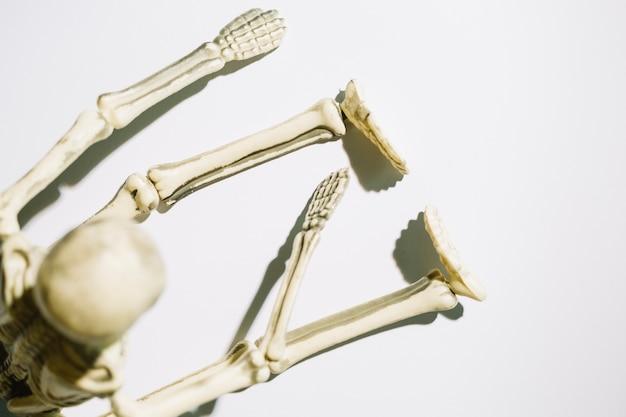 Esqueleto sentado com as pernas retas