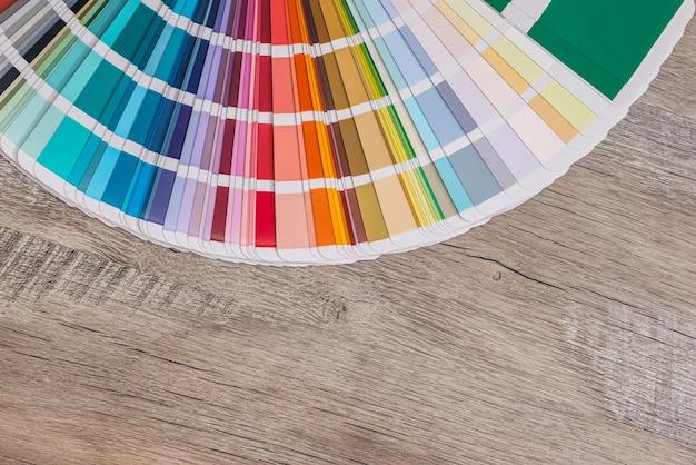 Esquema de cores no fundo da mesa de madeira.