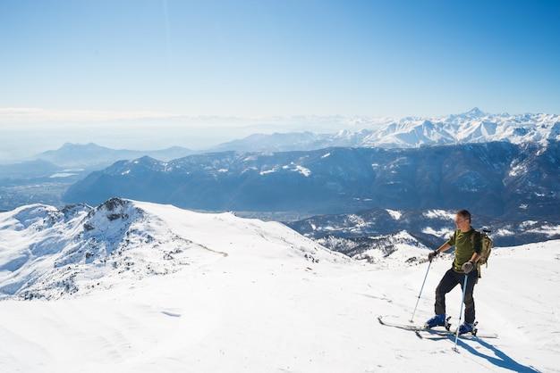 Esqui de volta no cenário cênico alpino