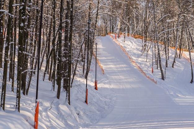 Esqui e snowboard em colinas da região de moscou.