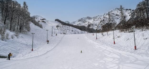 Esqui e snowboard na estação de esqui na montanha
