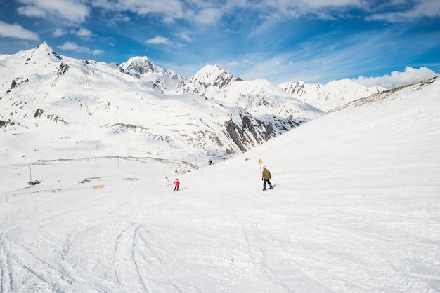 Esqui rápido no resort alpino cênico