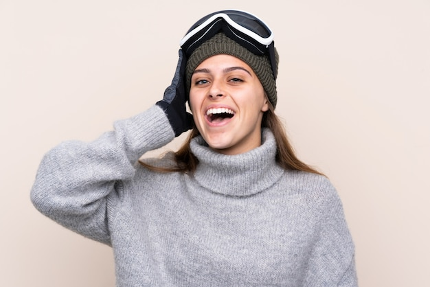 Esquiador adolescente com óculos de snowboard com surpresa e expressão facial chocado