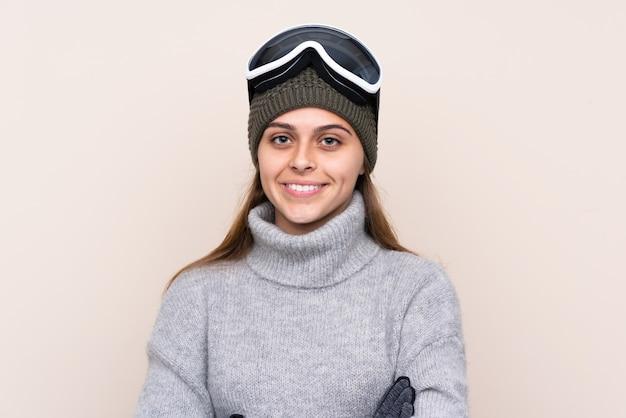 Esquiador adolescente com óculos de snowboard, sorrindo muito