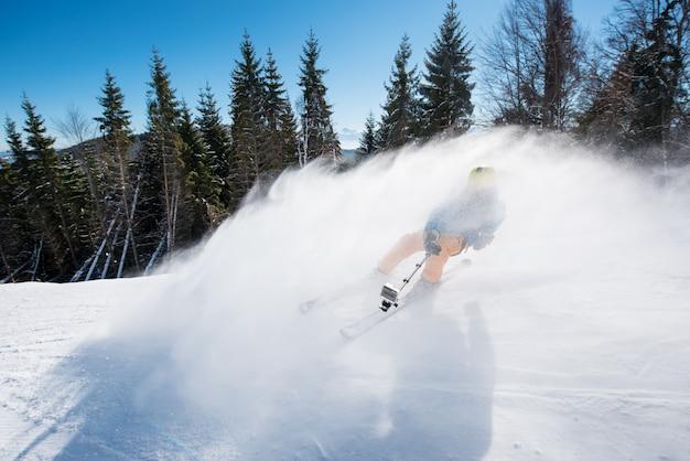 Esquiador atirando com câmera de ação