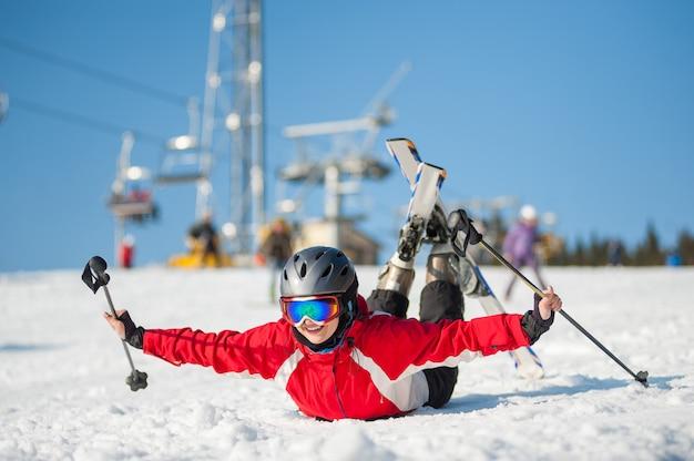 Esquiador de mulher com ski no winer resort em dia ensolarado