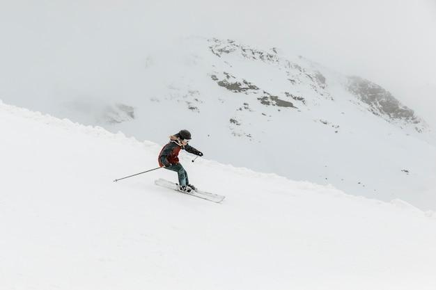 Esquiador de tiro longo sendo ativo