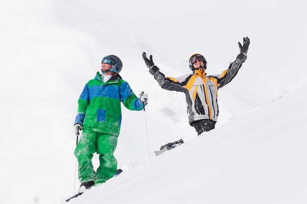 Esquiador e snowboarder na neve