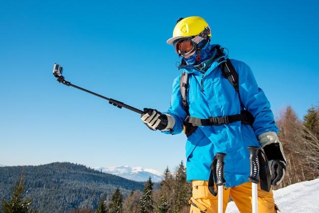 Esquiador em encosta nas montanhas no dia de inverno