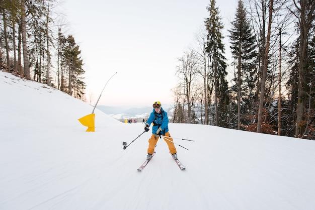 Esquiador em estação de esqui no inverno