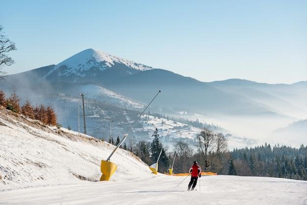 Esquiador esquiando em uma encosta nas montanhas