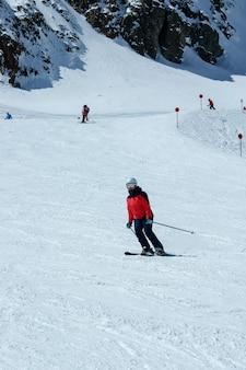 Esquiador feminino em declive. atividade recreativa de esporte de inverno