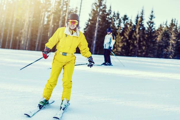 Esquiador feminino em declive