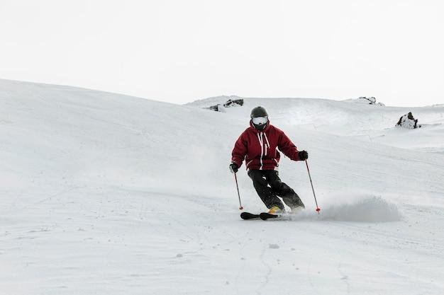 Esquiador full shot ao ar livre