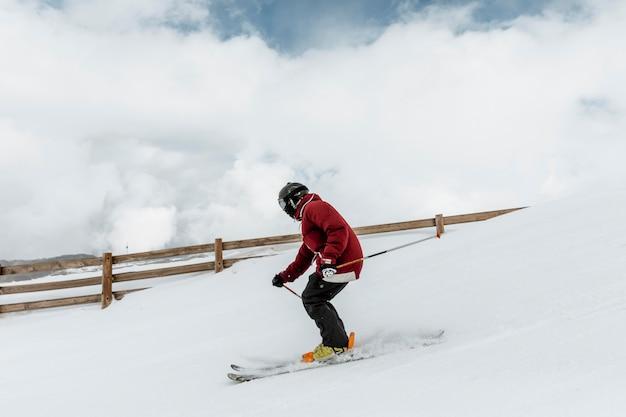 Esquiador full shot com equipamento