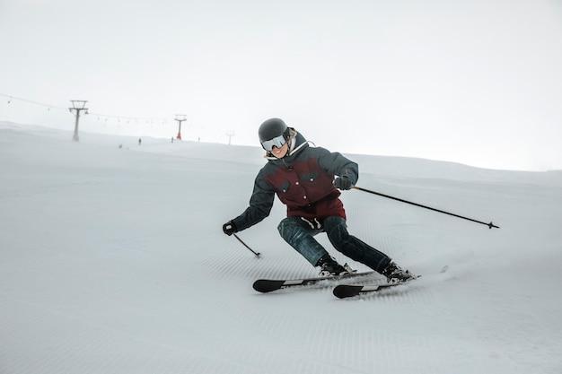 Esquiador full shot se divertindo ao ar livre