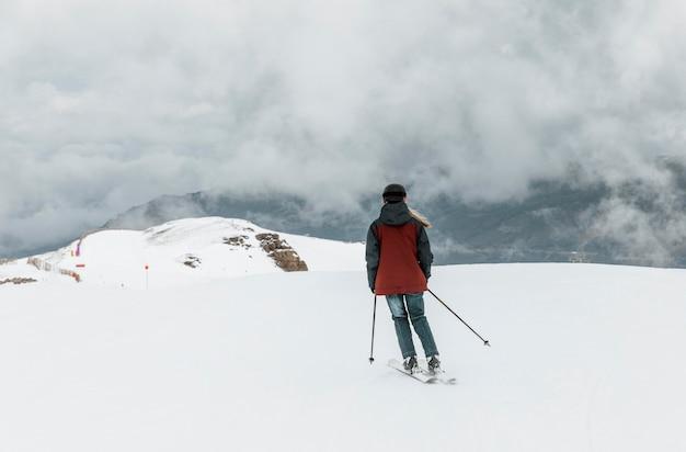Esquiador full shot usando capacete