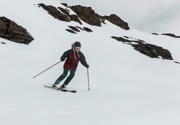 Esquiador full shot usando equipamento
