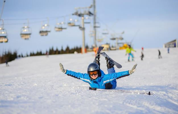 Esquiador jovem depois da queda na encosta da montanha