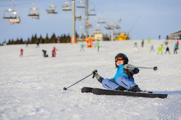 Esquiador mulher depois da queda na encosta da montanha. estância de esqui