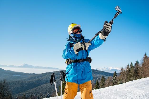Esquiador numa encosta nas montanhas num dia de inverno