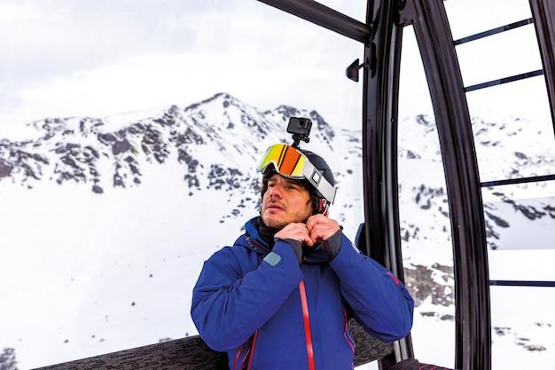 Esquiador, pôr, ligado, seu, capacete esqui