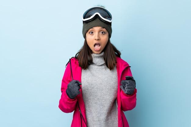 Esquiadora de raça mista com óculos de snowboard