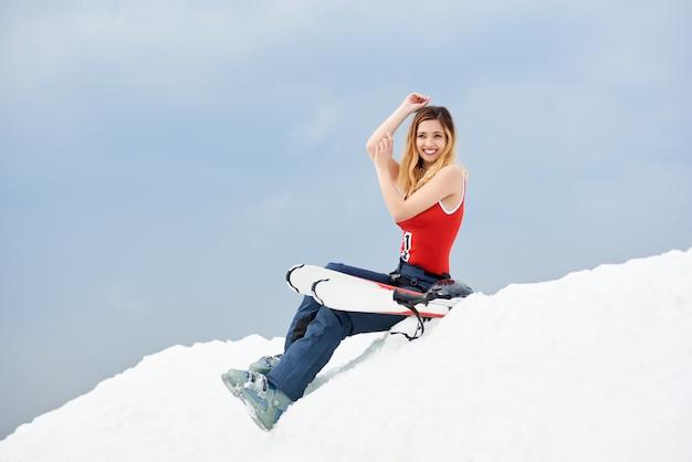 Esquiadora no topo de uma encosta nevada