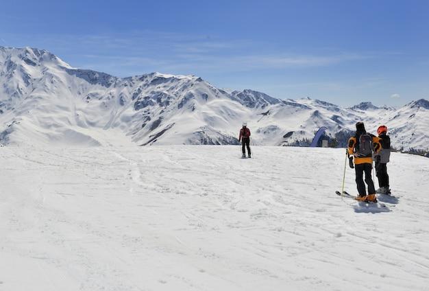 Esquiadores alpinos nas encostas