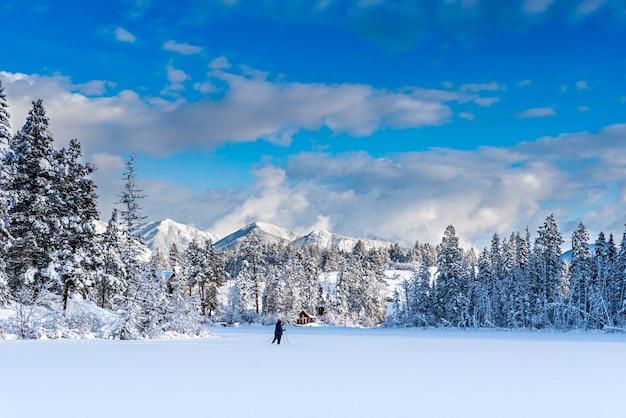 Esquiadores cross country em um lago recém-congelado de lillian perto de invermere bc canadá