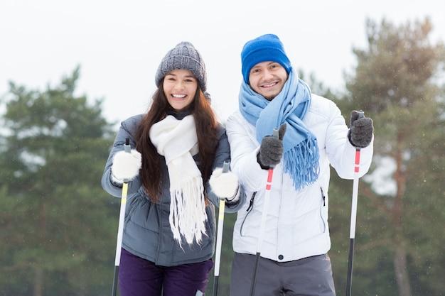 Esquiadores felizes