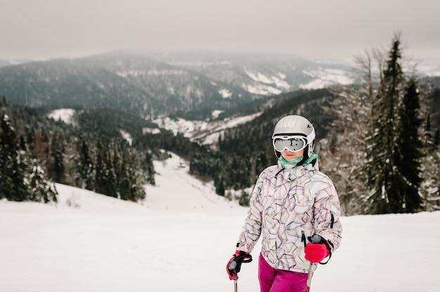 Esquiar. bom esqui nas montanhas nevadas. mulher com máscara de esqui em esquis na neve nos cárpatos.