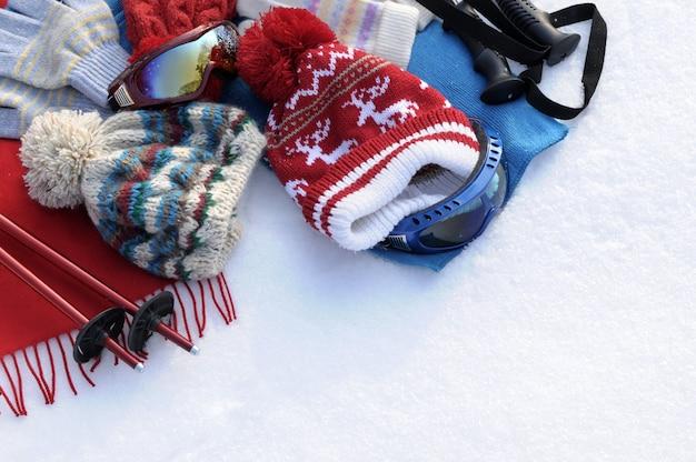 Esquis inverno e roupas na neve