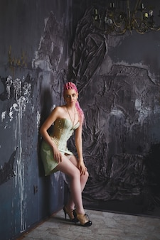 Esquisito modelo feminino jovem vestindo espartilho