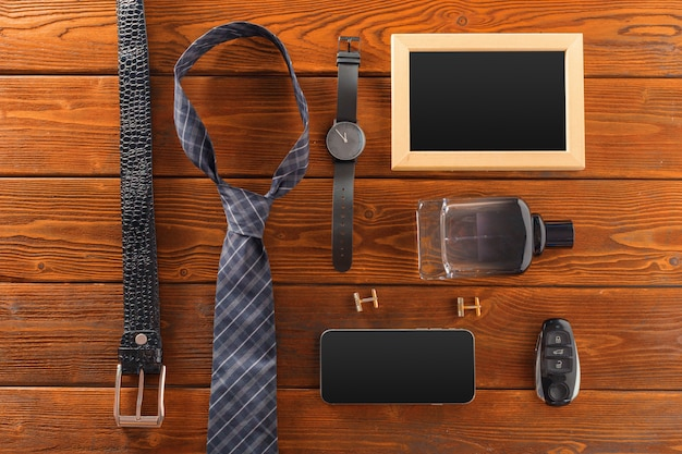 Essenciais moda homem objetos na madeira