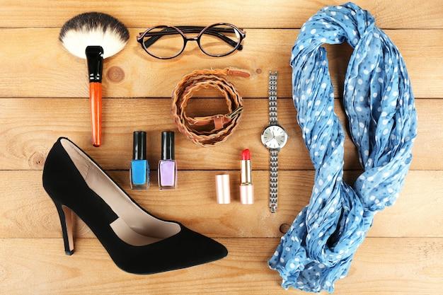 Essenciais moda mulheres objetos na madeira