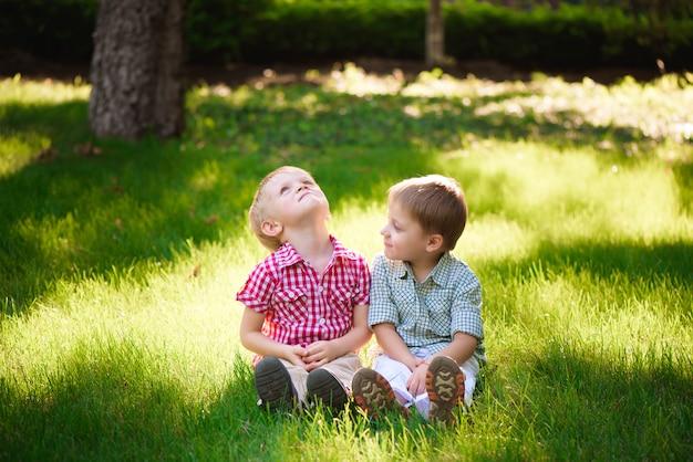 Esses dois garotos são melhores amigos. amigos para sempre.