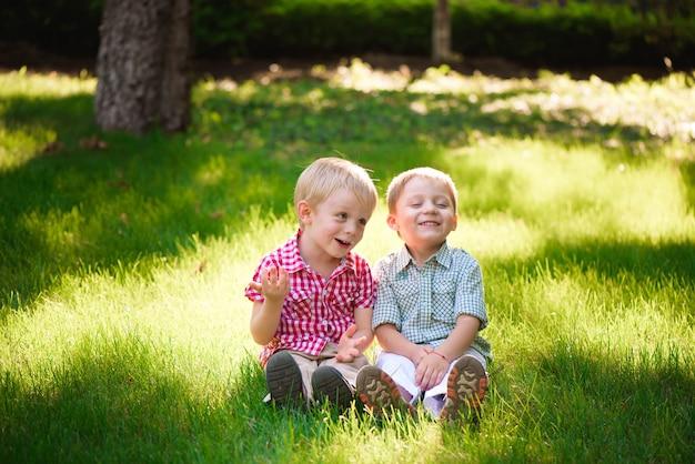 Esses dois meninos são melhores amigos. amigos para toda a vida.