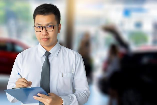Esta carreira homem saleman inspecção empresarial escrevendo no bloco de notas ou livro