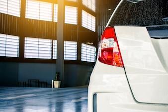 Esta cor vermelha da luz da cauda do carro toda a cor branca nova do japão do tipo no cliente do estacionamento da rua