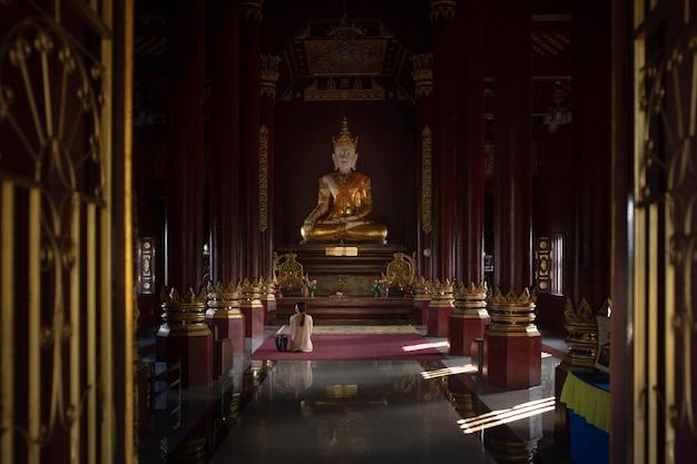 Esta é a imagem do templo budista em chiang mai, tailândia