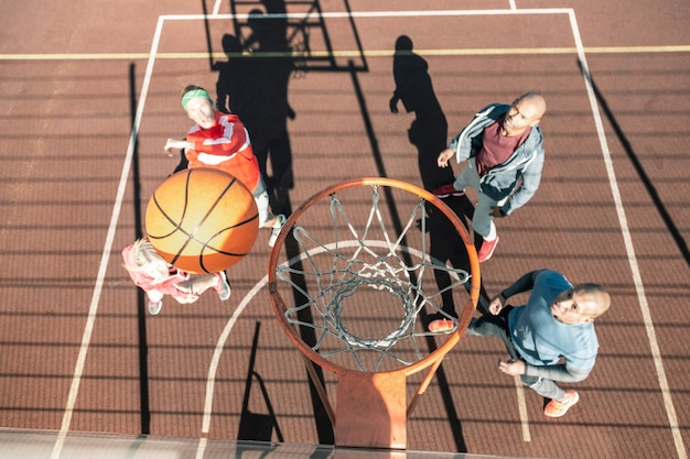 Esta é uma pontuação. vista superior de uma bola voando para a cesta durante um jogo de basquete